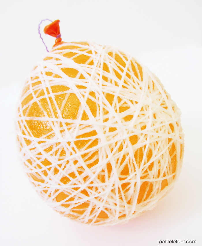 how to balloon yarn ornament